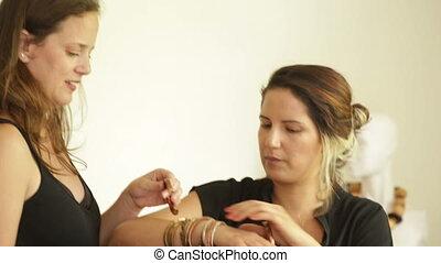essayer, concepteur, bijouterie, bracelets, client