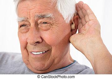 essayer, entendre, insérer, appareil acoustique, homme, après