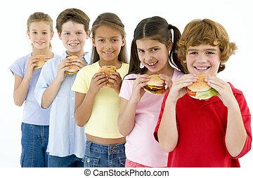 essende, junger, fünf, friends, hamburger, reihe