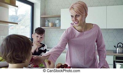 essende, junger, kitchen., zwei, fruechte, mutter, kinder