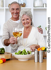 essende, salat, paar, älter, kueche , glücklich