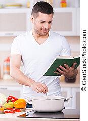esso, assaggiato, così, good!, bello, giovane, assaggio, minestra, da, il, pan, e, sorridente, mentre, standing, cucina