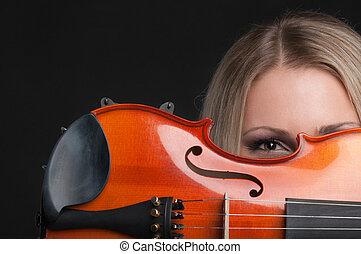 esso, guardando attraverso, presa a terra, violino, ragazza
