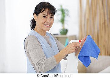 essuyer, poussière, femme, mûrir, gants, sourire, protecteur
