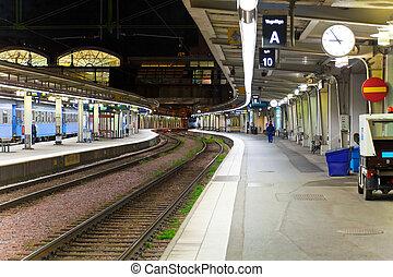 estación del ferrocarril, por la noche
