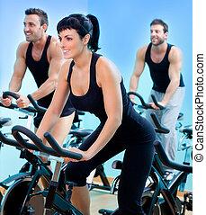 estacionário, girar, bicycles, condicão física, menina, em, um, ginásio