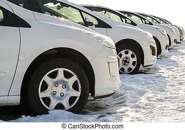 estacionado, coches, en, un, lot., fila, de, nuevo, coches, en, el, consecionario de automóviles, estacionamiento, lot., coches, en venta, mercado, theme.