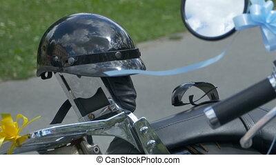 estacionado, moto, y, casco, en