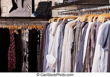 estante de ropa, en, tienda de ropa