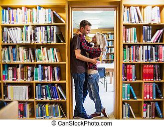 estante, par, romanticos, abraçar