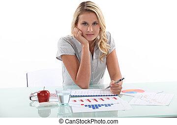 estatísticas, escrivaninha, mulher, dela, sentando