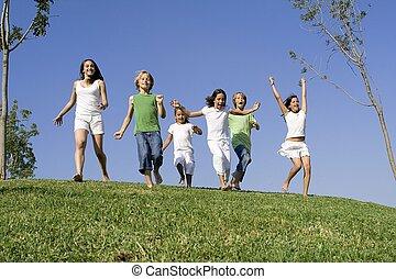 estate, bambini scuola, gruppo, campeggiare, correndo, da corsa, o, felice