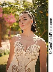 estate, brunetta, makeup., moda, hair., ragazza, vestire, sensuale, gioielleria, face., perla, bianco, donna, giardino, bellezza, trucco, fascino, matrimonio, beads., sguardo, diadema, sposa, modello