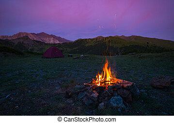 estate, colorito, urente, crepuscolo, fuoco, campeggiare, alps., fuoco, avventure, selettivo, esplorazione, fuoco, sky., montagne., tenda