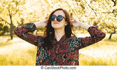 estate, donna sorridente, occhiali da sole