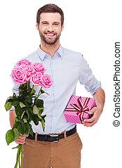 este, é, para, you!, bonito, homem jovem, segurando, caixa presente, e, esticar, saída, buquet, com, rosas cor-de-rosa, enquanto, ficar, isolado, branco, fundo