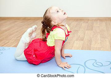 esteira yoga, ginásio, pose, pequeno, fazer, menina, caucasiano