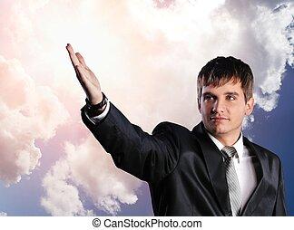 estendido, céu, jovem, nublado, mão, contra, homem negócios, bonito