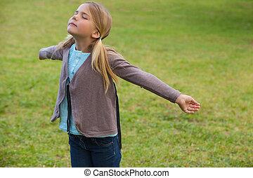 estendido, menina, braços, parque