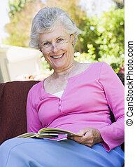 esterno, anziano, libro, lettura, donna