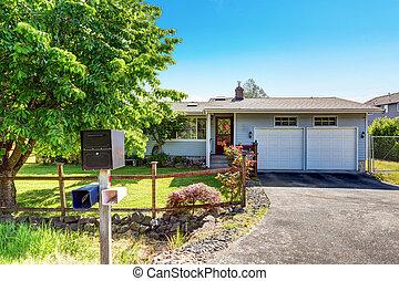 esterno casa, con, blu, parteggiare, rifilare, rosso, porta principale, con, veranda