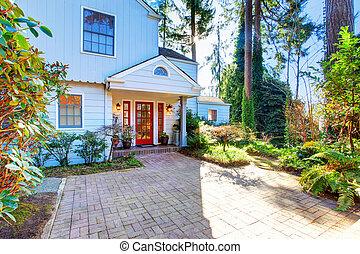esterno casa, con, rosso, porta principale, e, piastrella, walkway.