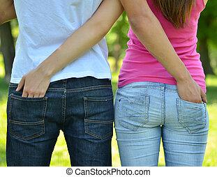 esterno, coppia, mani, adolescenti, tasche, ciascuno, altri