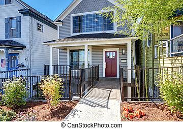 esterno, di, americano, casa, con, coperto, veranda, e, rosso, porta principale