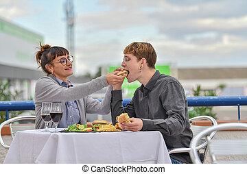 esterno, hamburger, mangiare, terrazzo, coppia
