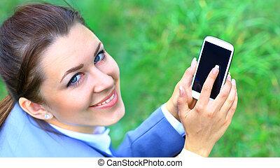 esterno, mobile, donna d'affari, giovane, telefono, ritratto, parlante
