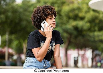 esterno, mobile, giovane, telefono, donna americana, nero, africano, ritratto, parlante