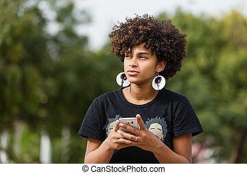 esterno, mobile, texting, giovane, telefono, donna americana, nero, africano, ritratto