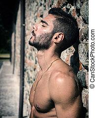 esterno, parete, shirtless, giovane, contro, uomo mattone
