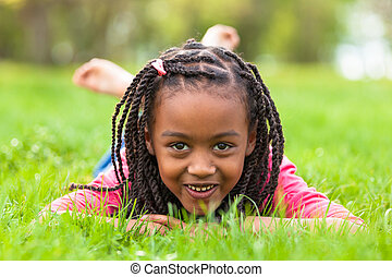 esterno, -, persone, dire bugie, ragazza nera, carino, giù, ritratto, sorridente, africano, erba, giovane