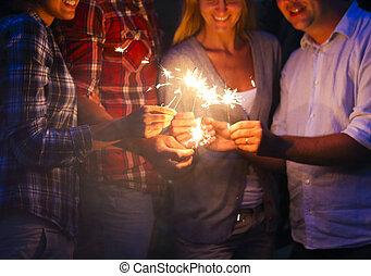 esterno, persone, sparklers, giovane, divertimento, festa, detenere