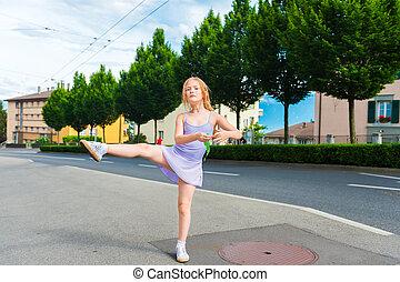 esterno, ritratto, di, uno, carino, piccola ragazza, di, 7, anni vecchi, camminare, ballare, scuola, e, ballo, in, il, strada, il portare, viola, balletto, vestire