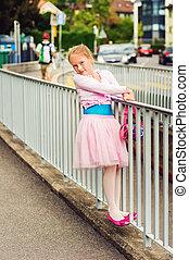 esterno, ritratto, di, uno, carino, piccola ragazza, di, 7, anni vecchi, camminare, ballare, scuola, e, ballo, in, il, strada, il portare, ballo, gonna, tutu