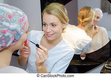 esteticista, aplicando, lipgloss, para, cliente