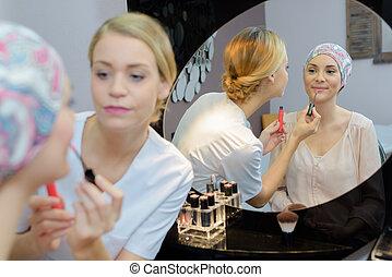 esteticista, aplicando, lustro lábio, para, cliente