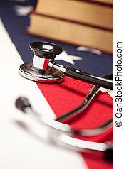 estetoscopio, y, libros, en, bandera estadounidense