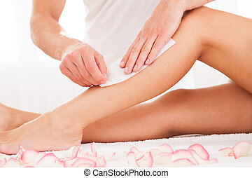 esthéticien, cirer, a, femme, jambe