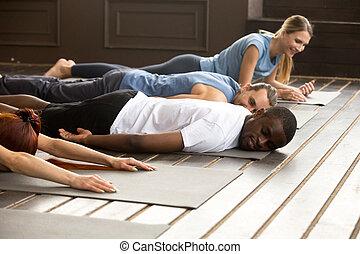 esticar, tapetes ioga, relaxante, cansadas, trai, após, pessoas, diverso