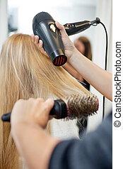 estilista, secar, mulher, cabelo, em, cabeleireiras, salão