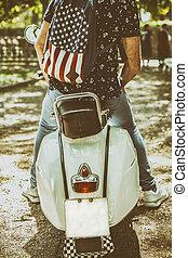 estilo, antigas,  scooter, jovem, Montando, elegante, homem