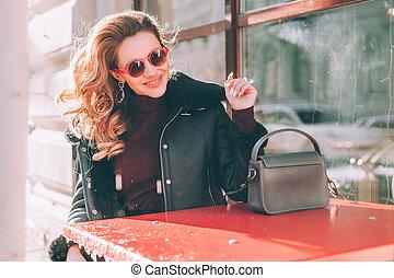 estilo, assento mulher, jovem, rua, café, feliz