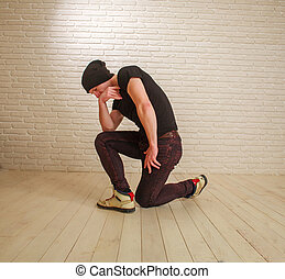 estilo, breakdance, pared, postura, joven, casual, bailarín, estudio, tipo, ladrillo, cadera-salto