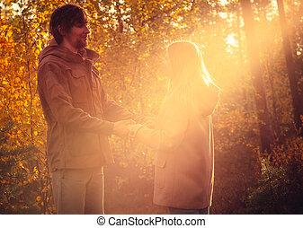 estilo, mulher, amor, romanticos, natureza, sol, par, jovem, abraçando, outono, ao ar livre, fundo, luz, trendy, moda, homem
