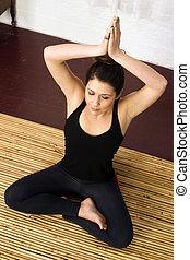 estilo, mulher, ioga, loto, confortável, atraente, posição, mão, senta-se
