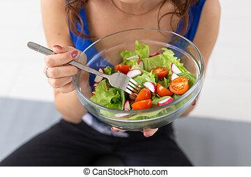 estilo vida, conceito, salada, prato, saudável, mulher, -, cima, alimento, mãos, fim
