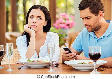 esto, mujer, ever., ella, teléfono, deprimido, restaurante, joven, mano, mirar, hablar, mientras, cámara, barbilla, móvil, tenencia, aire libre, fecha, peor, novio